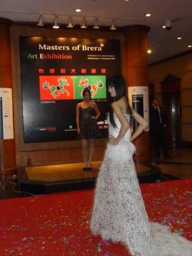 Masters of Brera. Liu Haisu Art  Mseum . Performance  Saveart, 2008Abito bianco di Cristina Pina, realizzato con plastica d'imballaggio, 2003 — con Cristina Pina Gold.